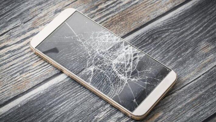 Ekranı kırık telefon